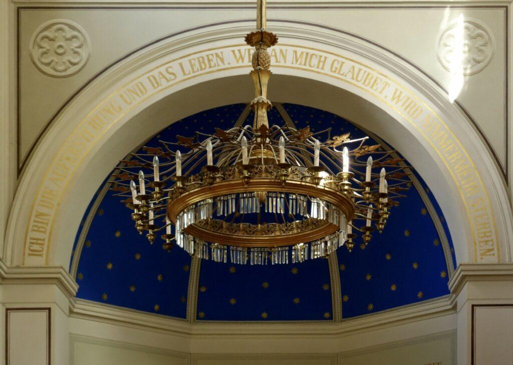 Leuchter in Kirche