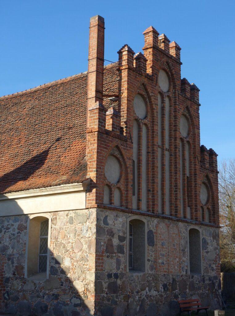 Backsteingotischer Kirchengiebel in Derwitz