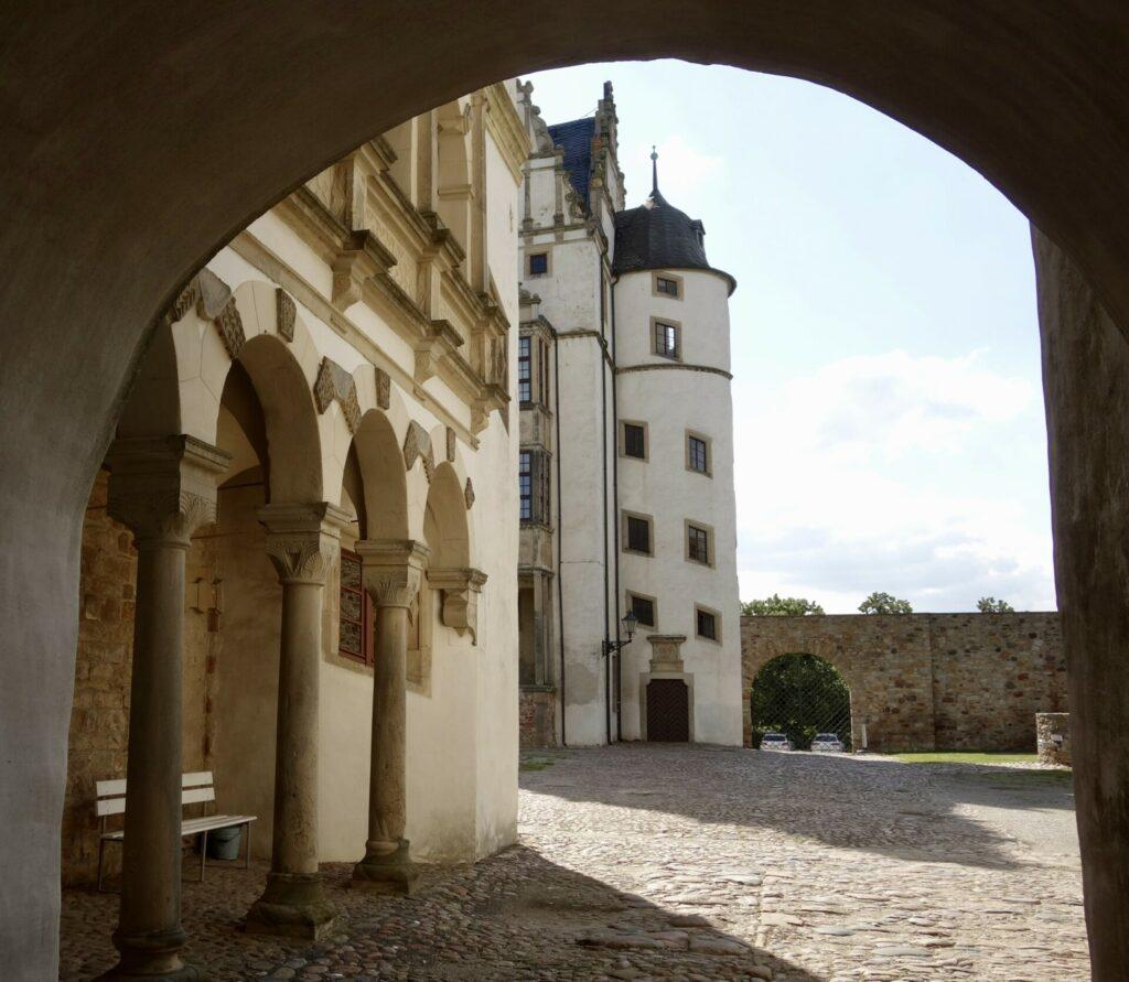 Schloßhof mit Turm
