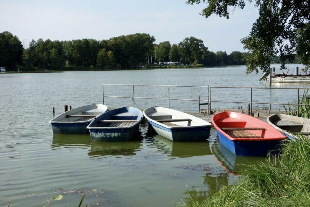 Lehnin. Boote des Skulpturenparks im Klostersee.