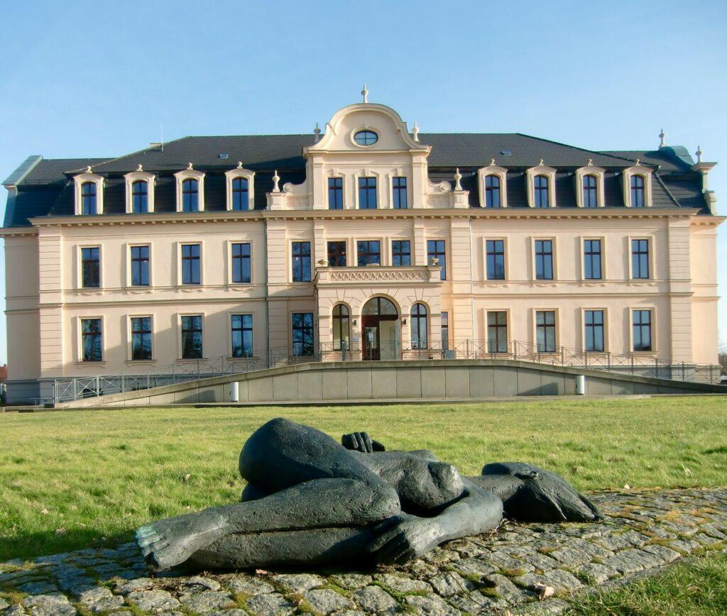 Schloss Ribbeck mit der Skulptur Havel