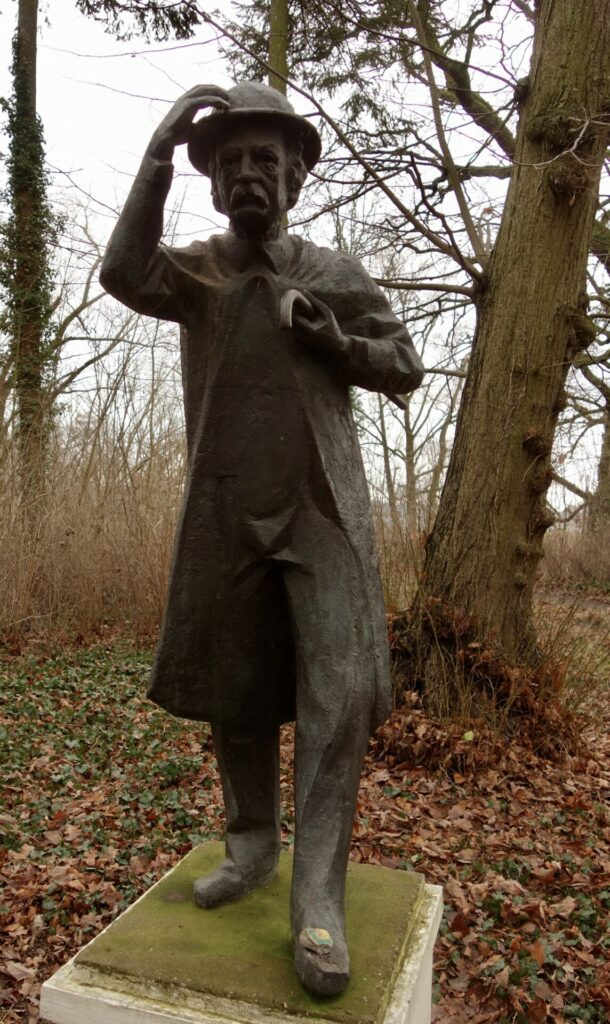 Fontane, Bronzefigur iim Schloßpark Plaue