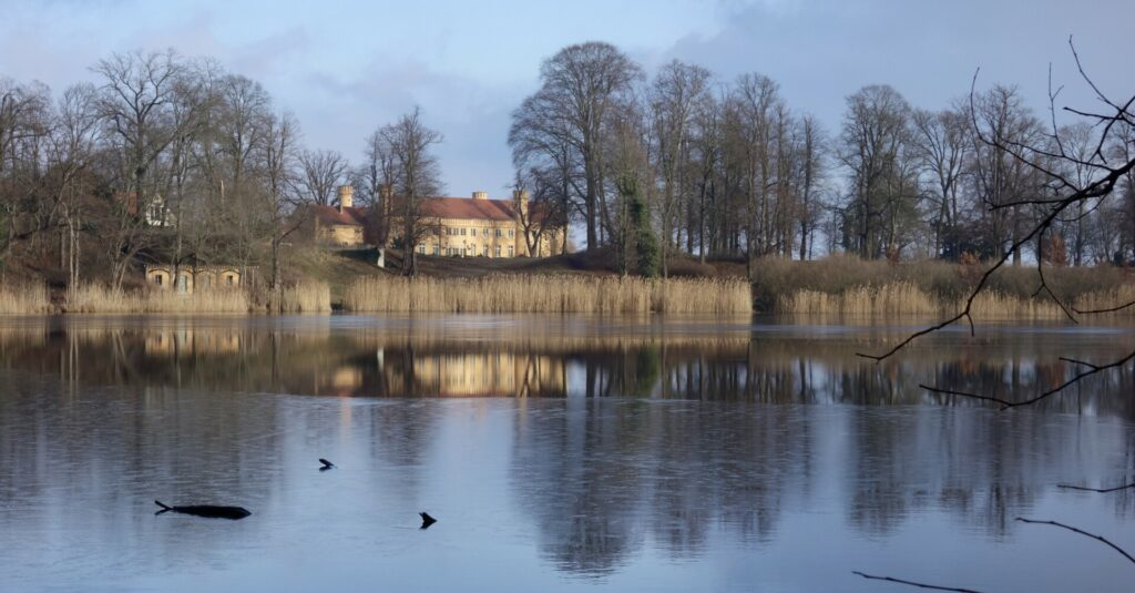 Schloß Petzow am eisbedeckten Haussee