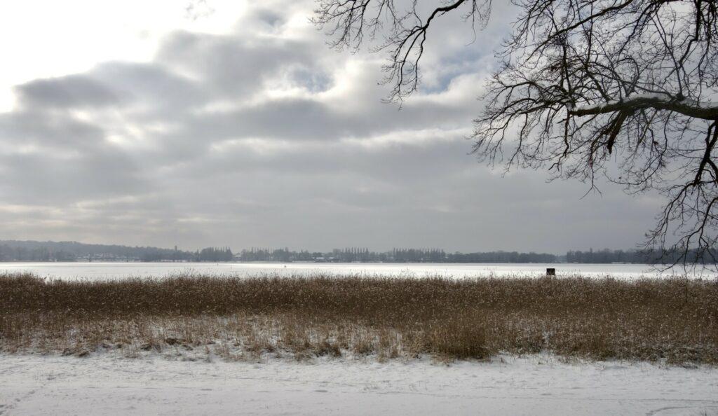 Blick über die zugefrorene Havel bis zur Glienicker Brücke