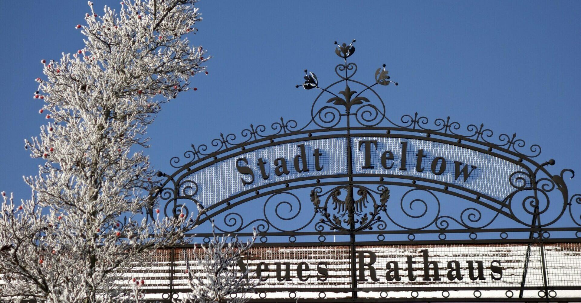 Schild und Titel des Rathauses in Teltow