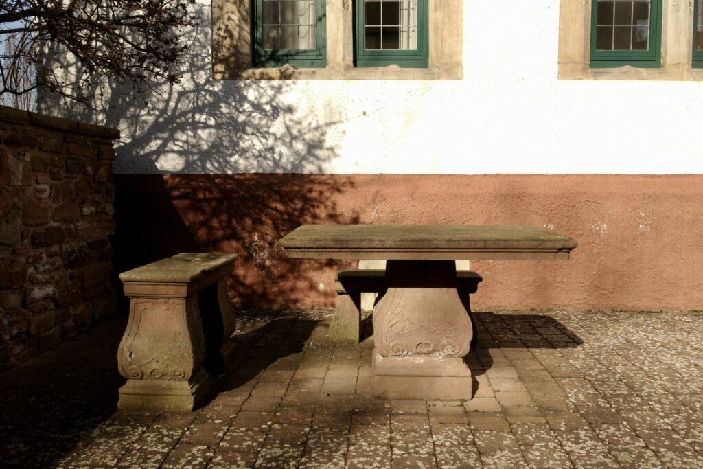 Gutshof in Bodenwerder, Sandsteintisch