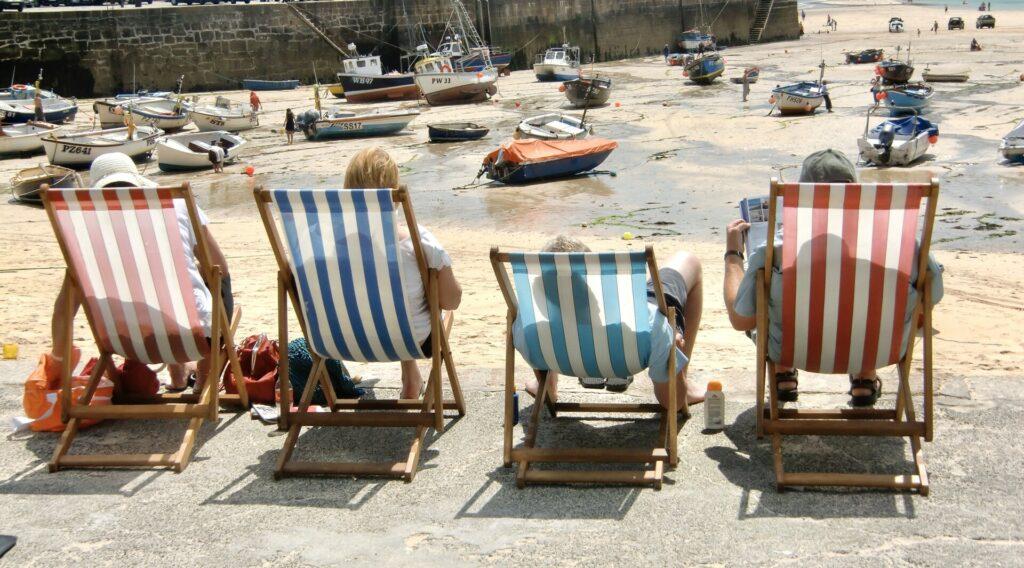 St. Ives. Liegestühle am Hafen.