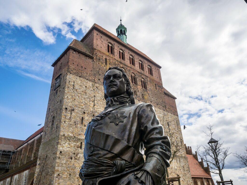 Zar Peter vor dem Dom in Havelberg