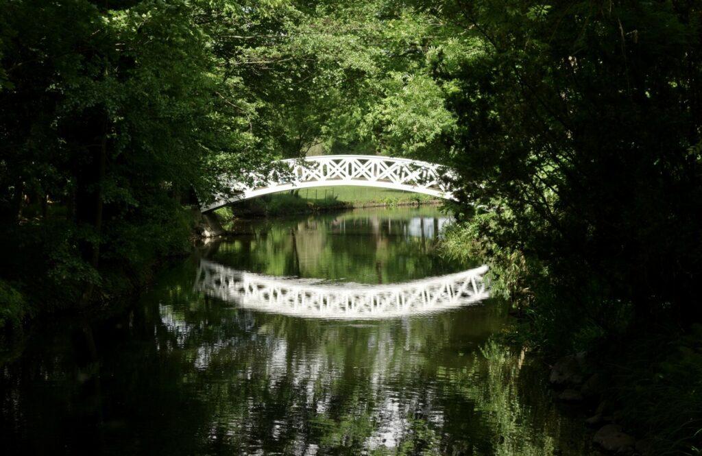 Brücke im Park des Schlosses in Blankensee