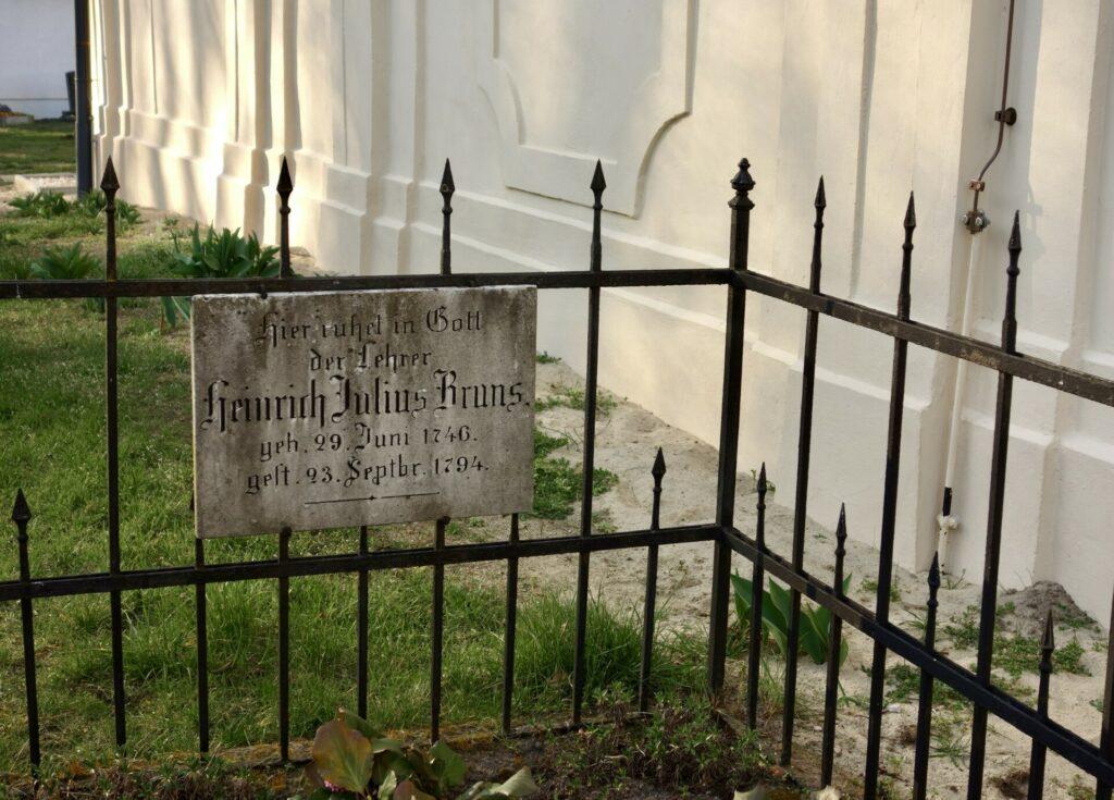 Grab des Lehrers Bruns auf dem Kirchhof in Reckahn