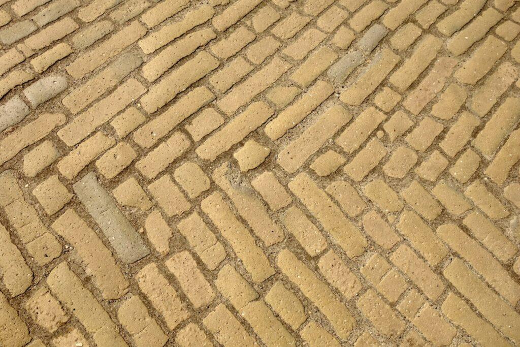 Mit gelben Ziegeln gepflasterte Straße in Netzten