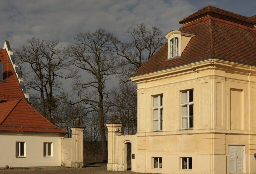 Schloss Reckahn Hoftor im Abendlicht