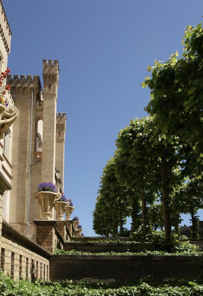 Schloss Babelsberg. Die Bank, die Postkarte und der Ausblick.