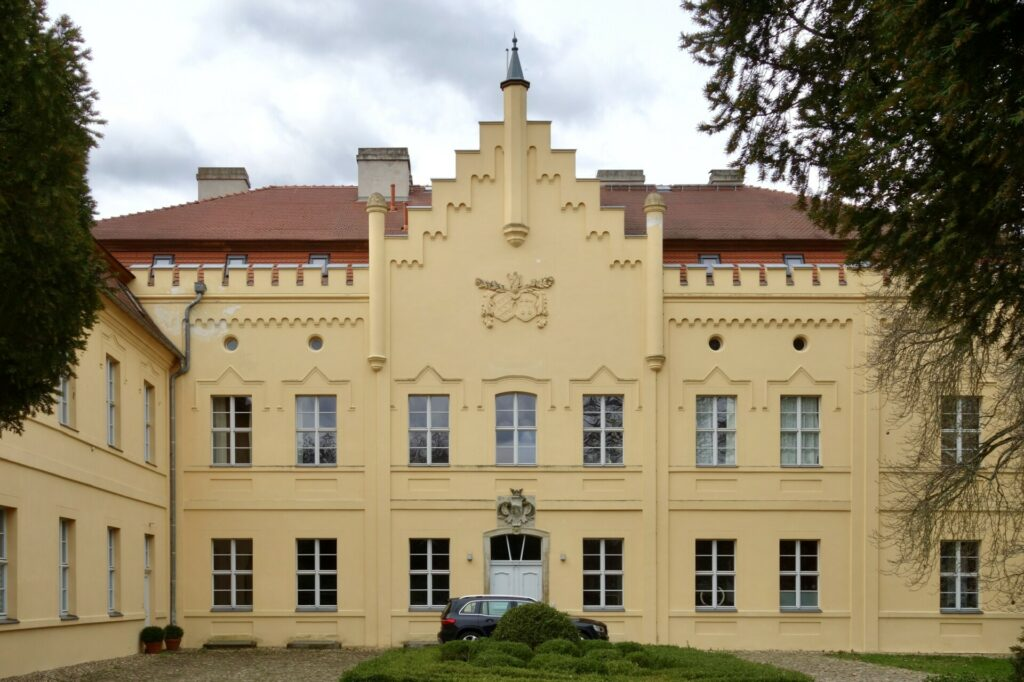 Schloss Nennhausen, Eingangsseite