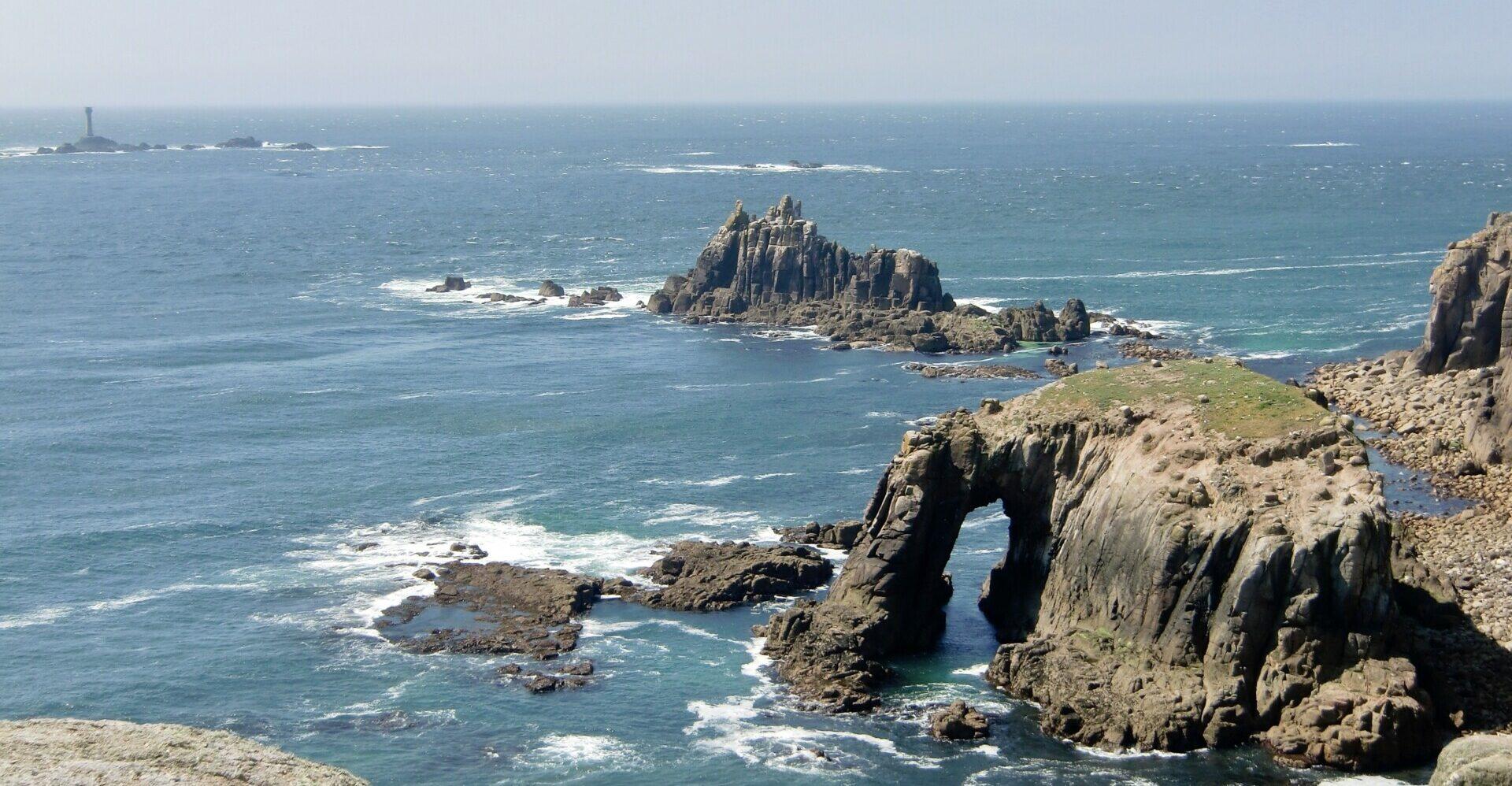 Longship Lighthouse in der Ferne