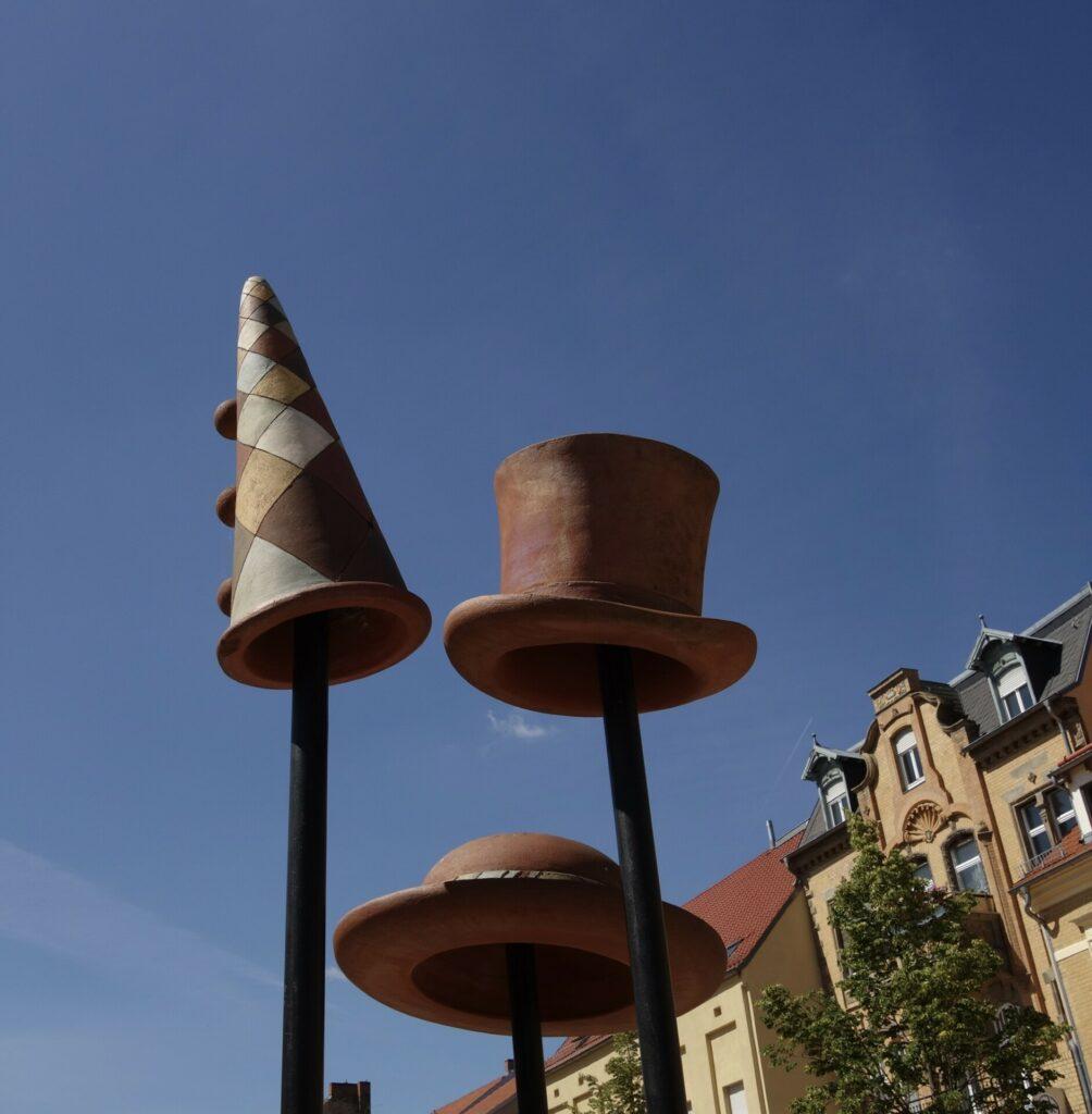 Luckenwalde. Die Architektur der Moderne, die Hüte und der Pappteller.