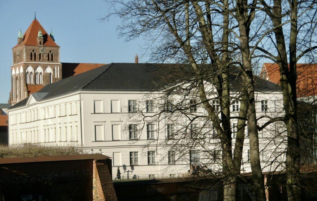 Das Pommersche Landesmuseum vor der Marienkirche in Greifswald